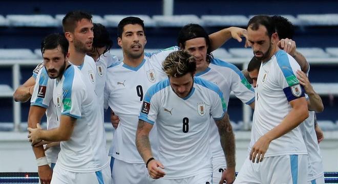 Jogadores do Uruguai comemoram gol de Luis Suárez contra a Colômbia