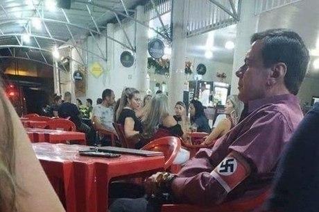 Homem usou suástica no braço em bar de Unaí (MG)