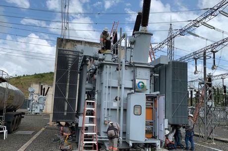 Funcionários trabalham em transformador em Macapá