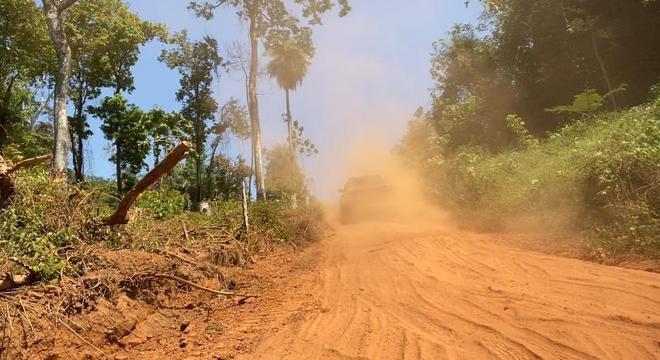 Trechos de terra oferecem desafios para os motoristas na Transamazônica