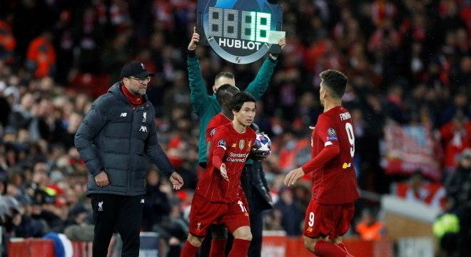 Clubes poderão fazer cinco substituições por jogo, na volta do futebol
