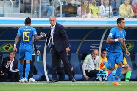 Tite trocou Paulinho, volante, por Firmino, centroavante