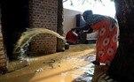 A água do rio chegou à rua Nilo, na capital, onde fica a maioria dos ministérios e instituições governamentais, além de inundar parte de uma rua próxima à Universidade de Cartum e atingir a sede do Conselho de Ministros.