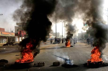 Ataque a acampamento deixou 30 mortos e 100 feridos