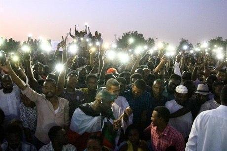 Sudaneses participam de protesto em Cartum
