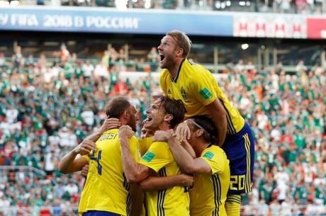 Suecos comemoram gol de Granqvist, o segundo da Suécia