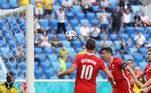 Ainda no primeiro tempo, Lewandowski perdeu a chance de igualar o placar para os poloneses, cabeceando, seguidamente, duas bolas no travessão dos suecos