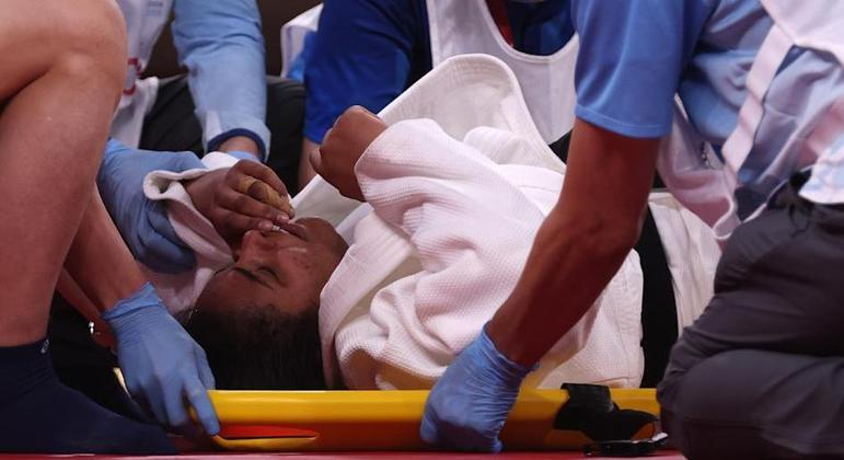 Maria Suelen Altheman, na maca, depois de se lesionar