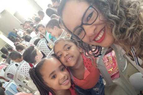 A coordenadora Suelen Dagmar dos Santos com as alunas do ensino infantil do colégio Helder James Pereira Magalhães