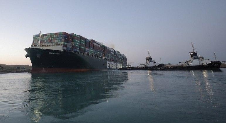 Cargueiro Ever Given voltou a flutuar no Canal de Suez
