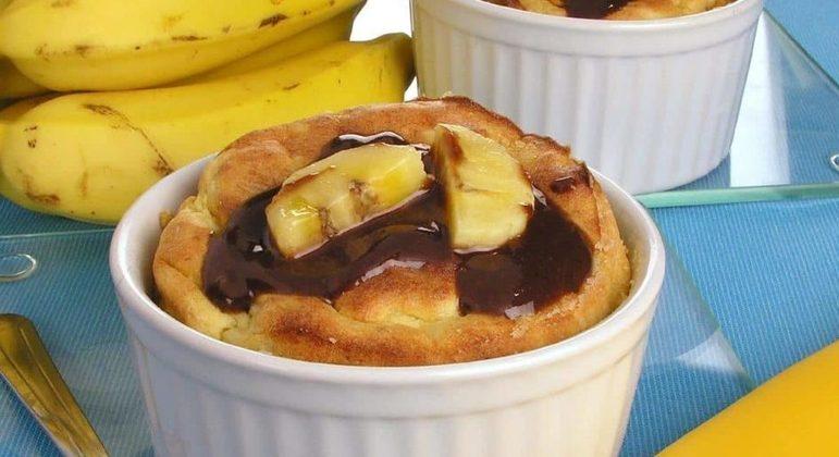 Suflê de banana com calda de chocolate