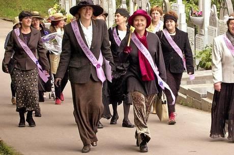 Espanholas se vestem como sufragistas do século 19