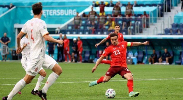 O momento do arremate de Shakiri, gol da Suíça