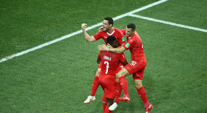 Dzemaili festeja gol da Suíça com Embolo (7) e Xhaka (à dir.)