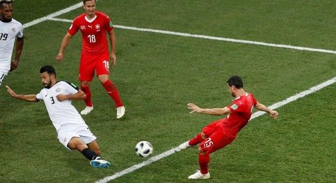 Dzemaili chuta para marcar para a Suíça no jogo contra a Costa Rica
