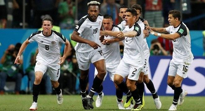 Waston (centro) festeja o gol de empate da Costa Rica contra a Suíça