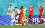 Na primeira etapa da partida, Zakaria, meio-campista suíço, fez um gol contra logo aos 8 minutos de jogo, após chute de Jordi Alba, colocando a Espanha na frente. O placar do primeiro tempo terminou em 1 a 0 para os espanhóis