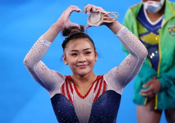 A norte-americana Sunisa Lee prendeu os cabelos em um coque e usou uma trança na horizontal para enfeitar o penteado na última quinta-feira (29), quando ganhou a medalha de ouro na prova individual geral da ginástica artística