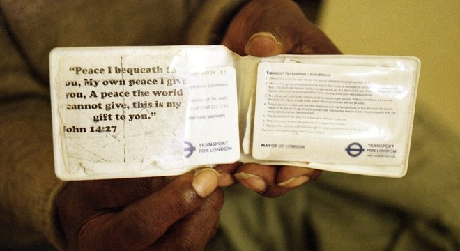 O bilhete de transporte de Sunny com uma citação bíblica: 'Deixo com vocês a paz. É a minha paz que eu lhes dou; não lhes dou a paz como o mundo a dá'