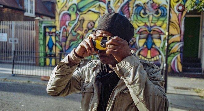 Sunny está contando uma história como parte de seu projeto de fotografia documental