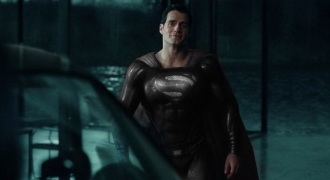 Superman aparece com seu uniforme preto