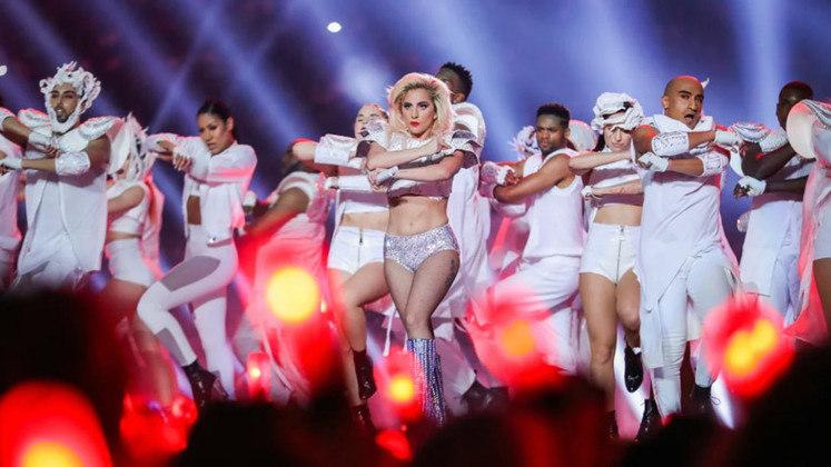 Super Bowl LI - Lady Gaga: A diva pop que também não poderia ficar de fora: Lady Gaga já havia chamado atenção com uma performance memorável do hino nacional no ano anterior, e não decepcionou apesar das altíssimas expectativas. A belíssima apresentação da cantora coroou o mais emocionante Super Bowl da história.