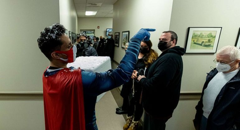 Homem está vacinando parte da população usando seu traje de Super-Homem