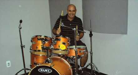 Noel, o Robin, tocando bateria em seu estúdio