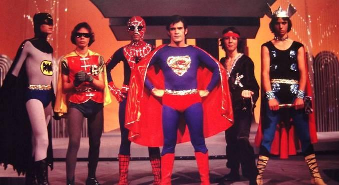 O cinema nunca viu heróis da Marvel e DC juntos, mas teve na TV brasileira