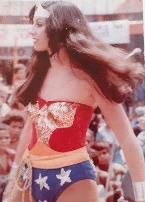 Vera Lúcia, a Mulher-Maravilha, em um show do Super Heróis
