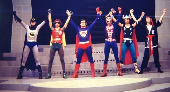 Super-heróis no palco da TV Bandeirantes, ainda sem a Mulher-Maravilha