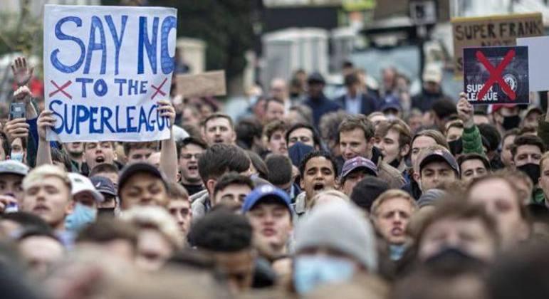 Protesto de torcedores, em Londres