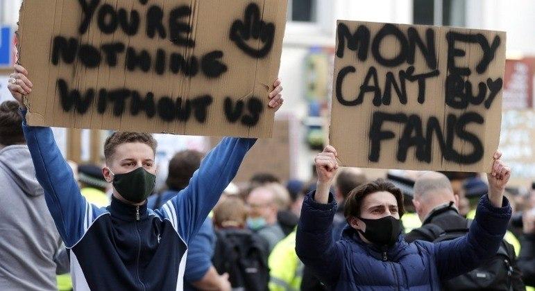 """Mais jovens num protesto, """"o dinheiro não compra os fãs"""""""