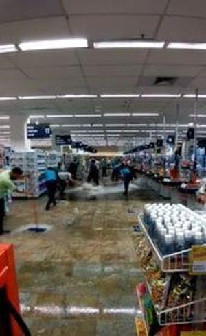 Funcionários tentam retirar água do local