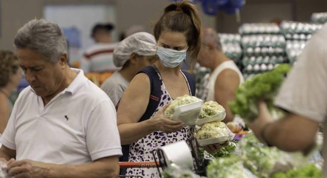 Brasileiro deve checar a geladeira antes de ir às compras nos supermercados