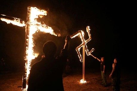 Supremacistas queimam cruz e suástica no Arkansas