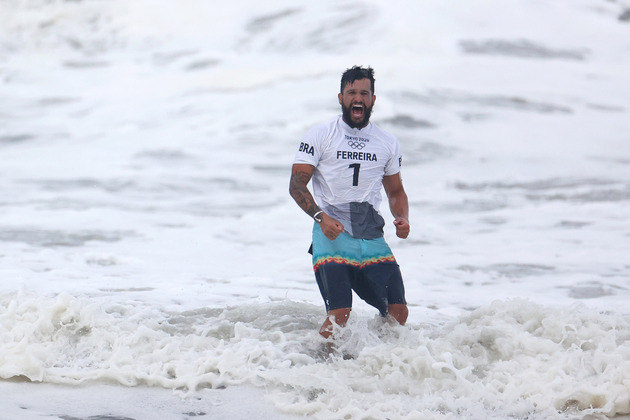 Italo Ferreira vibra com a conquista da medalha de ouro no surfe