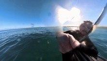 Surfista leva o susto da vida ao ser perseguido por tubarão sorrateiro