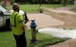 Como tinham que se livrar da água reservada, todos os hidrantes da cidade foram abertos para que uma nova leva de água encha os reservatóriosLEIA MAIS:Sala secreta usada para bebedeiras é descoberta em estação de metrô