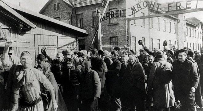 Em dezembro, a Amazon retirou de seu catálogo produtos decorados com imagens de Auschwitz, incluindo produtos natalinos, depois de uma reclamação do Memorial