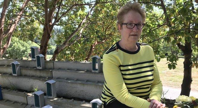 Susan McMullen trabalha há cinco anos no jardim do cemitério