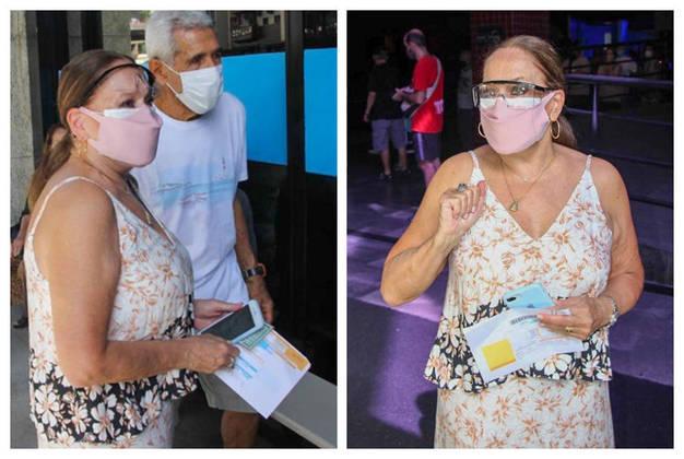 Susana Vieira foi clicada no dia 4 de março, na Fundação Planetário, na Gávea, no Rio de Janeiro, aguardando ser vacinada contra acovid-19. Nas imagens, a atriz de 78 anos apareceu com documentos pessoais em mãos e fazendo uso de máscara facial e óculos para se proteger da contaminação do novo coronavírus