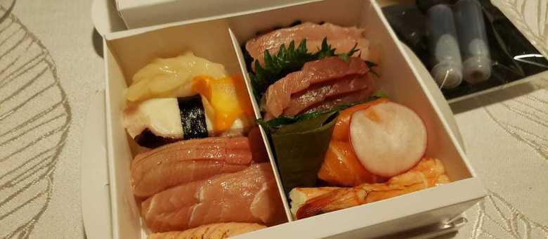 Sushi em casa vem assim: em caixinhas, espremido, pra não se desfazer no trajeto