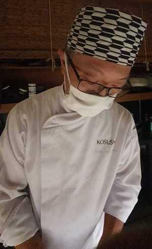 Sushiman do Kosushi usa máscara para preparar os pratos