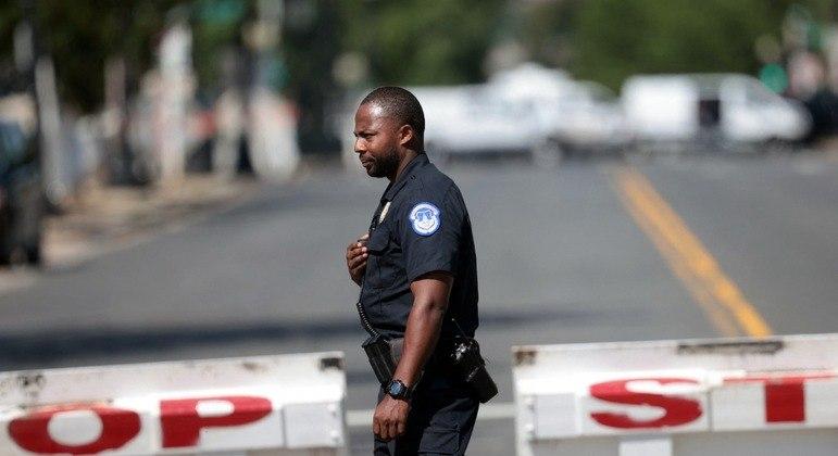 """FBI se uniu à polícia e tenta """"iniciar um diálogo"""" com um homem que estaria dentro do carro"""