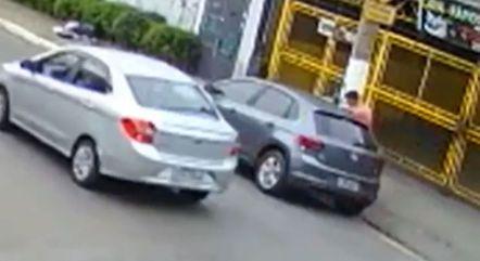 Suspeito abre a porta do carona e entra no carro para abusar da vítima