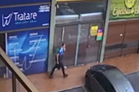 Imagem mostra suspeito fugindo com as mochilas