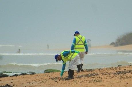 Fragmentos são retirados de praia de Serra (ES)