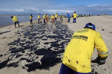 Mancha de óleo atinge praias da região Nordeste