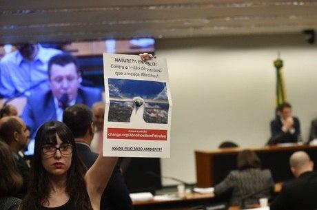 Manifestantes protestam durante audiência com Salles